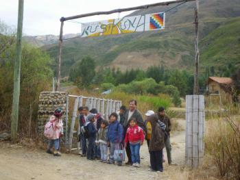 Der Schuleingang - errichtet mit Hilfe der Eltern.